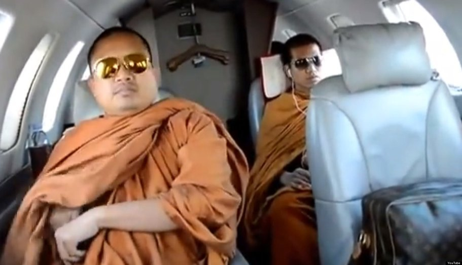 Buddhistický mnich cestující v soukromém tryskáči