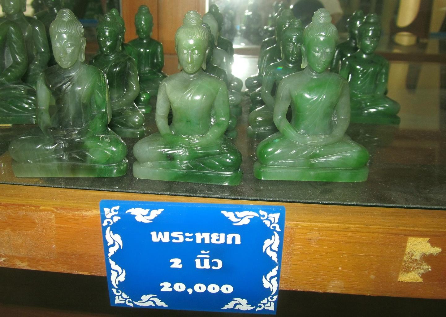 Buddhové vyrobení z odřezků nefritu, velikost č.2 cena 20.000 THB