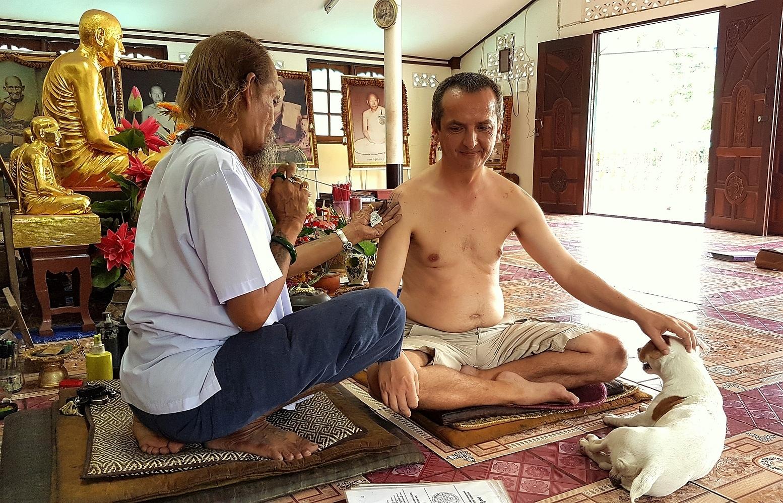 Vše je sterilní, jehla, inkoust i mistrův pes -sak-yan-ajan-kob-ayutthaya-thailand
