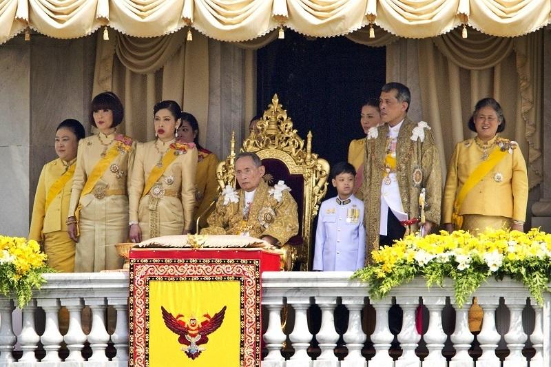 Thajský Král Ráma IX. s rodinou 2012