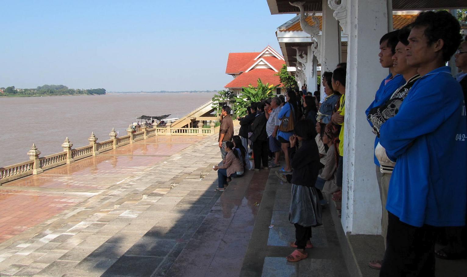 Thajci na břehu Mekongu pozorují Nágu. Nong Khai Thajsko 2010