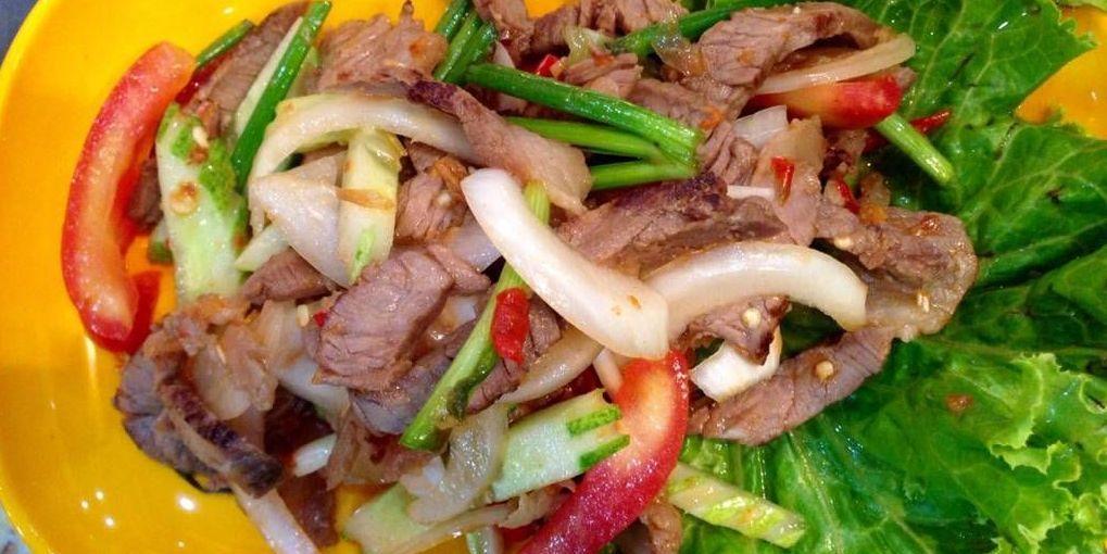 Thajský salát s grilovaným hovězím masem
